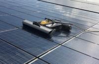 Solarpark Reinigung mit Reinigungsroboter